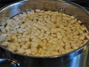 Del potetene og selleriroten i små biter.