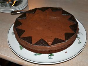 Ferdig pyntet kake. Alle gleder seg.