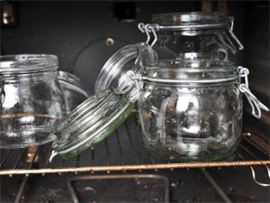 Glassene kan steriliseres i stekeoven. De kan også kokes i en stor gryte