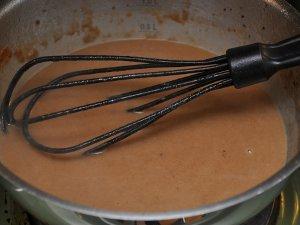 Ferdig saus etter av fløten er rørt inn