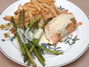 Servert med asparges og pommes frites
