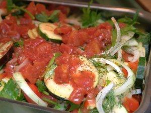 Alt blandes godt. Tomater på toppen